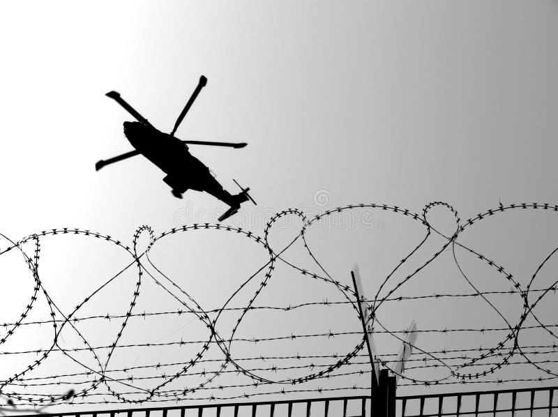 Elicottero dei militari di Barbwire immagini stock