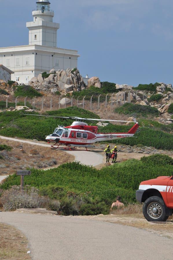 Elicottero dei pompieri italiani che volano su durante le operazioni di salvataggio fotografia stock libera da diritti