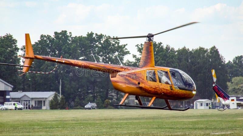 Elicottero del pistone di Robinson R44 che decolla in Goraszka in Polonia immagine stock