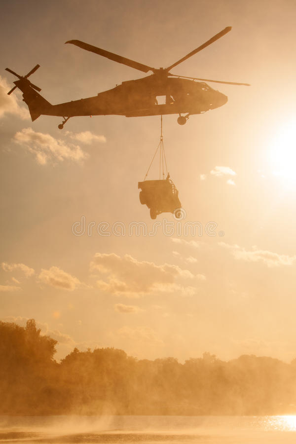 Elicottero di Blackhawk che porta Humvee fotografia stock