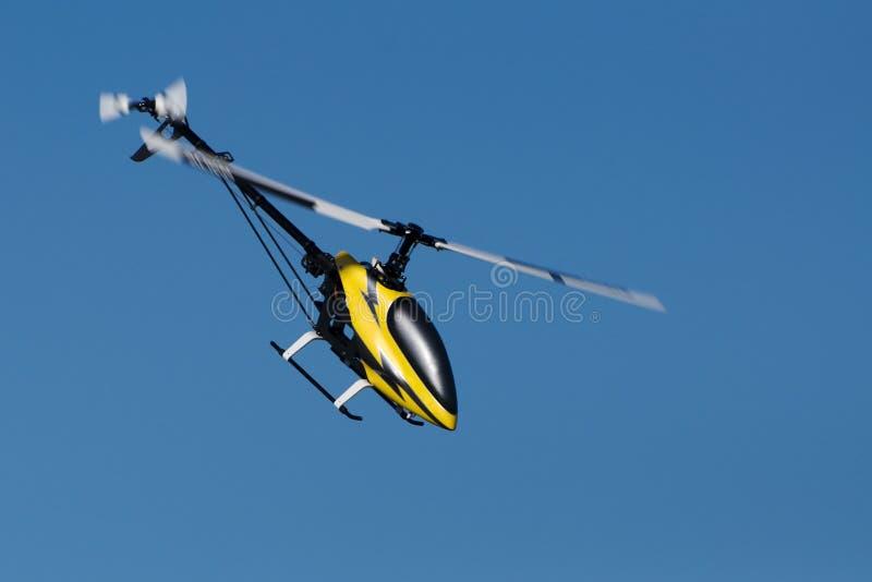 Elicottero di modello durante il volo fotografie stock libere da diritti