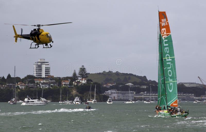 Elicottero di notizie di Auckland - barca di Groupama fotografia stock libera da diritti