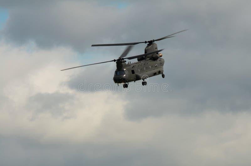 Elicottero di RAF Chinook contro un cielo nuvoloso fotografia stock libera da diritti