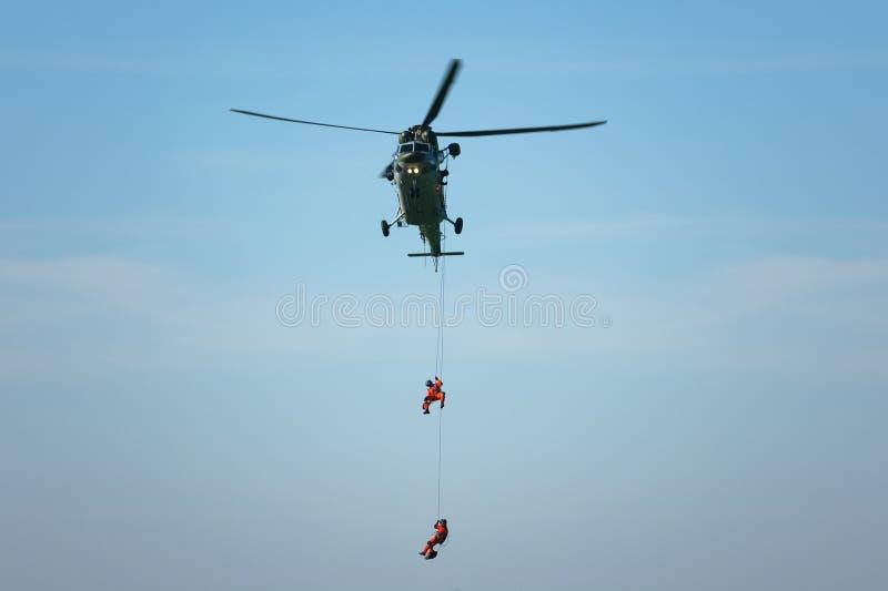 Elicottero e soccorritore di salvataggio sulla corda immagine stock