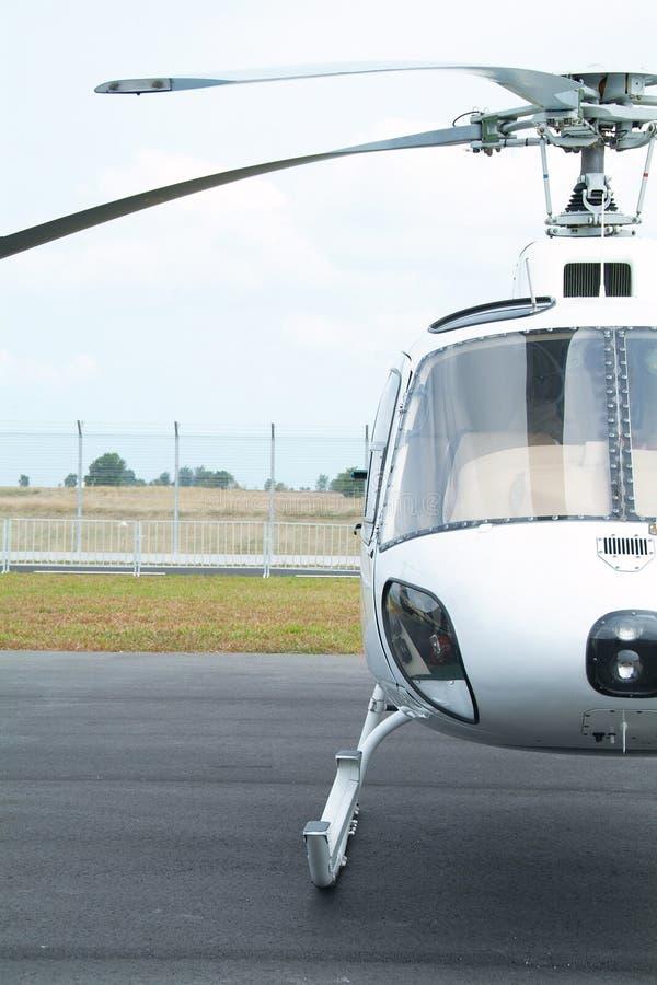 Elicottero mezzo e bianco fotografia stock libera da diritti
