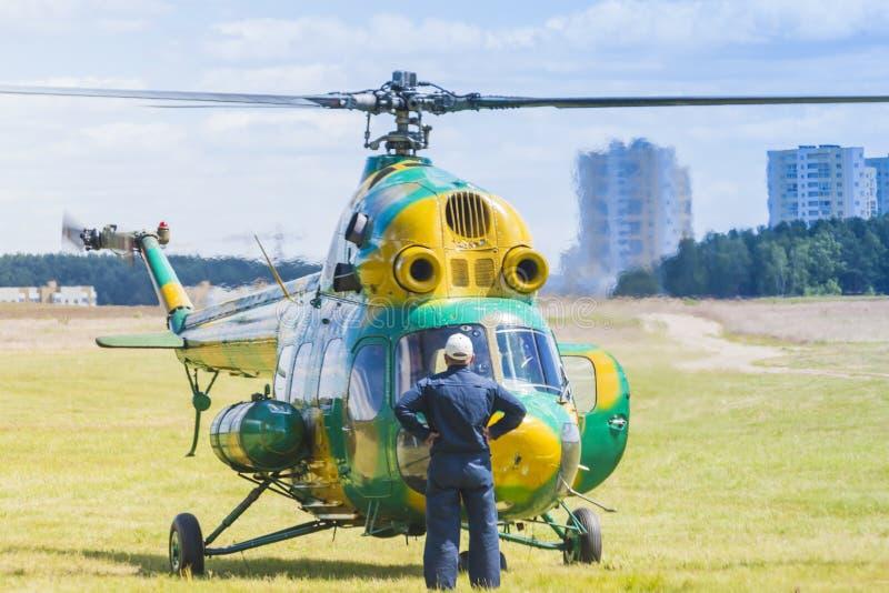 Elicottero MI-2 su aria durante l'avvenimento sportivo di aviazione dedicato all'ottantesimo anniversario del fondamento di DOSAA fotografia stock