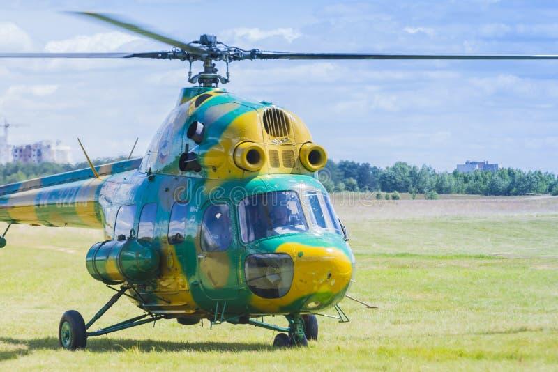 Elicottero MI-2 su aria durante l'avvenimento sportivo di aviazione dedicato all'ottantesimo anniversario di DOSAAF fotografia stock libera da diritti