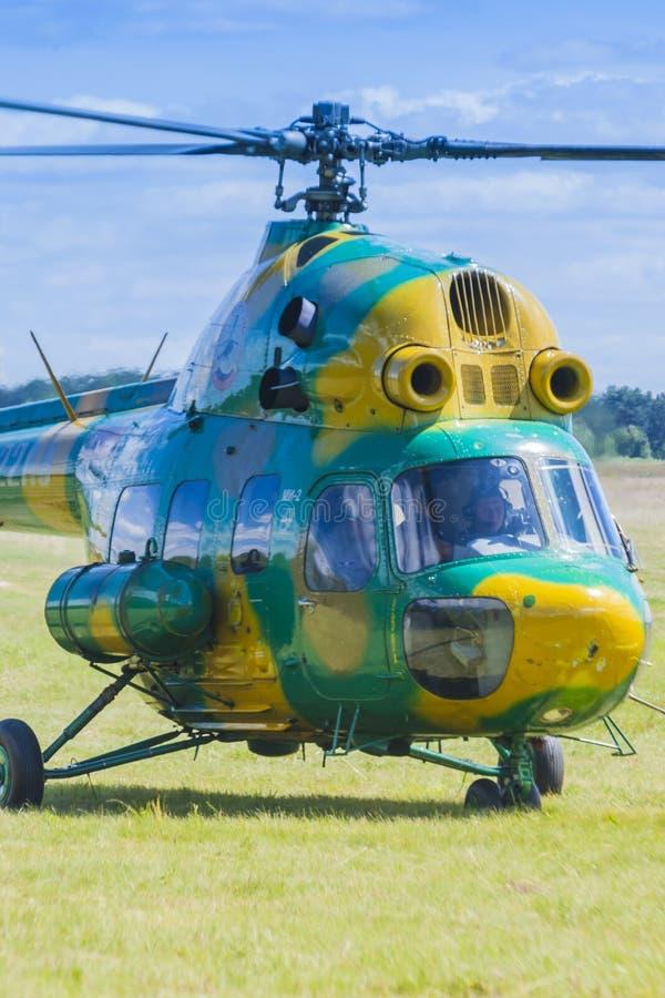 Elicottero MI-2 su aria durante l'avvenimento sportivo di aviazione dedicato all'ottantesimo anniversario di DOSAAF immagini stock