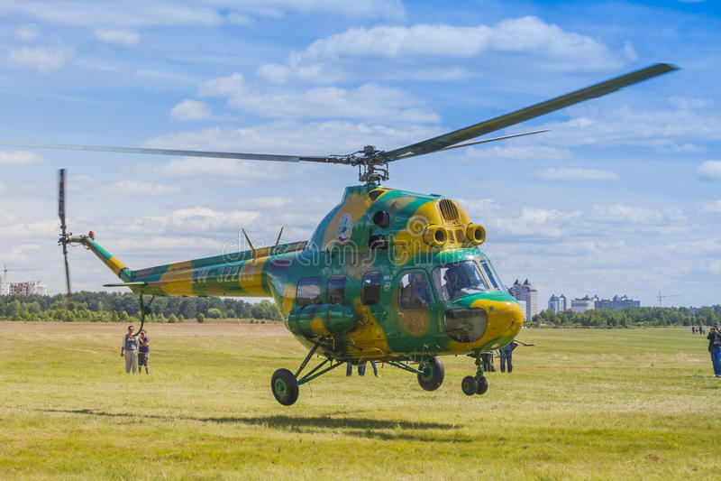 Elicottero MI-2 su aria durante l'avvenimento sportivo di aviazione dedicato all'ottantesimo anniversario di DOSAAF fotografia stock