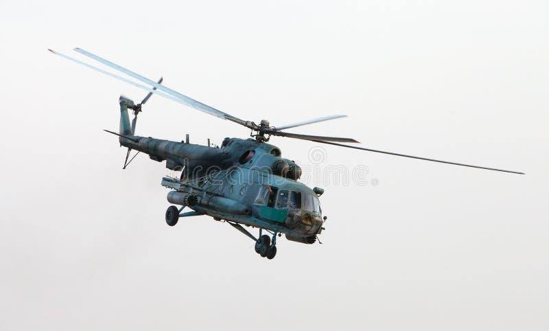 Elicottero militare ucraino in volo fotografie stock