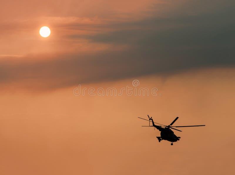 Elicottero militare ucraino in volo fotografia stock
