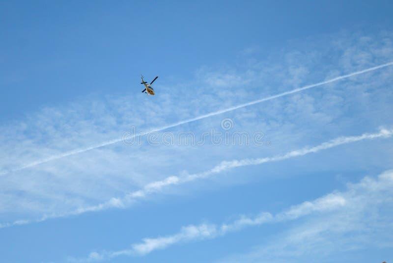 Elicottero nelle nubi immagini stock libere da diritti