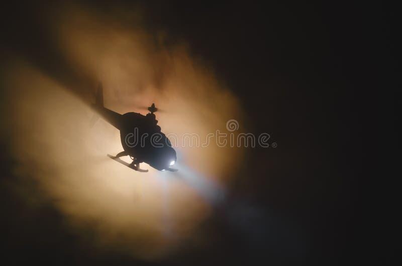 Elicottero sopra l'orizzonte di tramonto del fuoco Concetto di guerra Scena militare di effetto del backgroung del fuoco dell'eli immagini stock