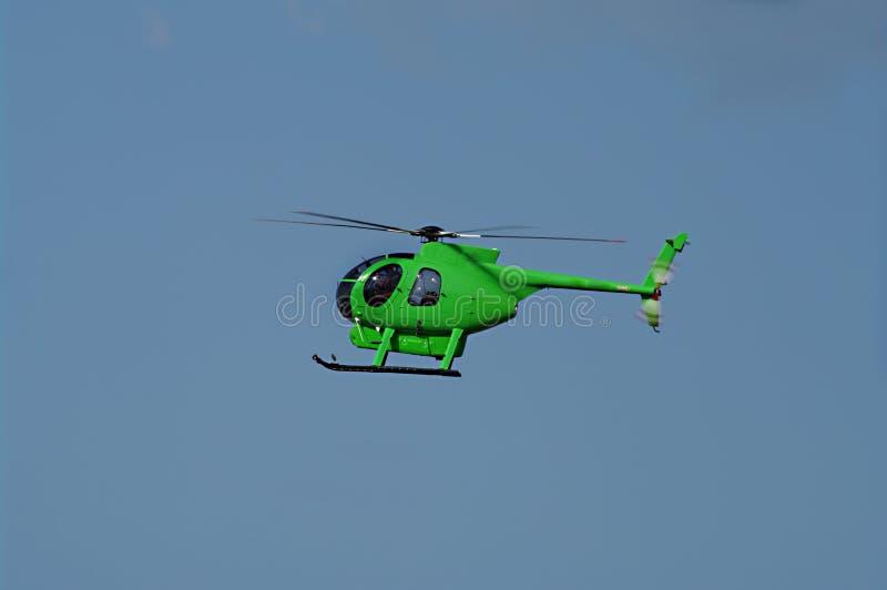 Elicottero verde durante il volo fotografia stock libera da diritti