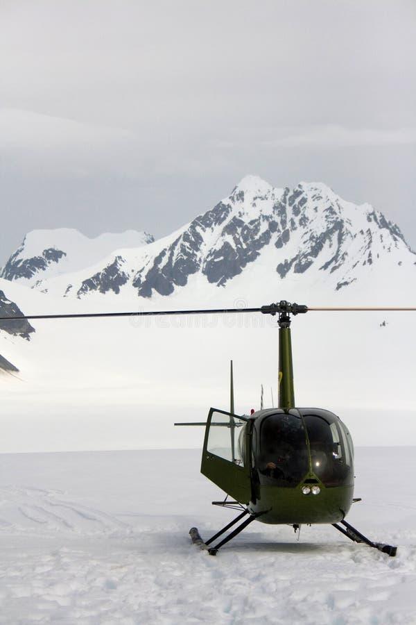 Elicottero verde sul ghiacciaio Alaska fotografia stock