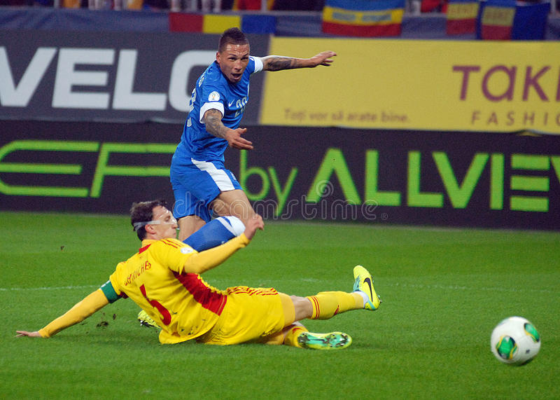 Eligió Cholevas y a Vlad Chiriches durante el partido de eliminatoria del mundial de la FIFA imagen de archivo