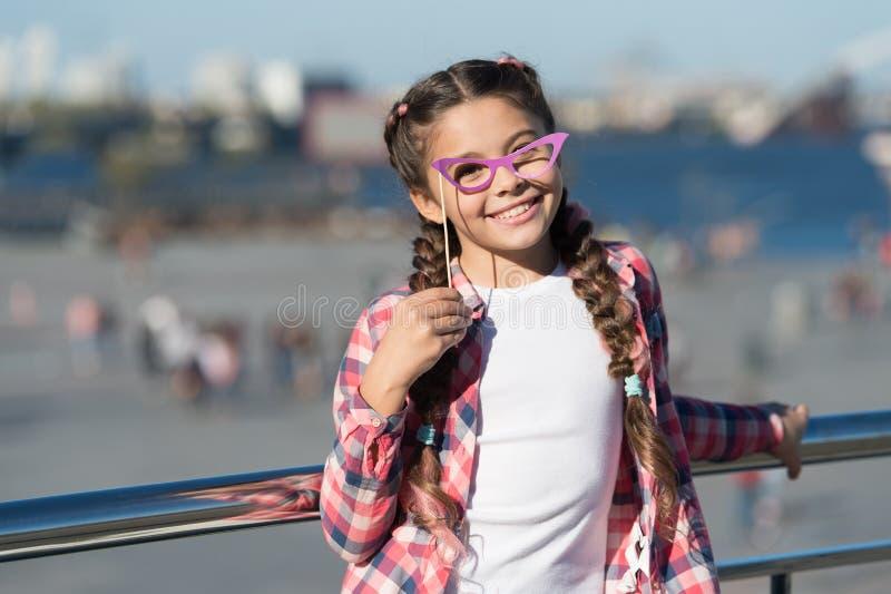 Eligiendo las gafas del apoyo perfectas para su estilo Poco niño que mira a través de gafas de lujo en fondo urbano Peque?a mucha foto de archivo libre de regalías