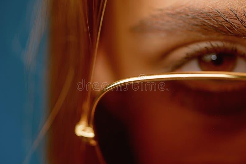 Eligiendo los vidrios de moda perfectos para su estilo Mujer linda con el complemento Vidrios bonitos del ojo del desgaste de muj imagen de archivo libre de regalías