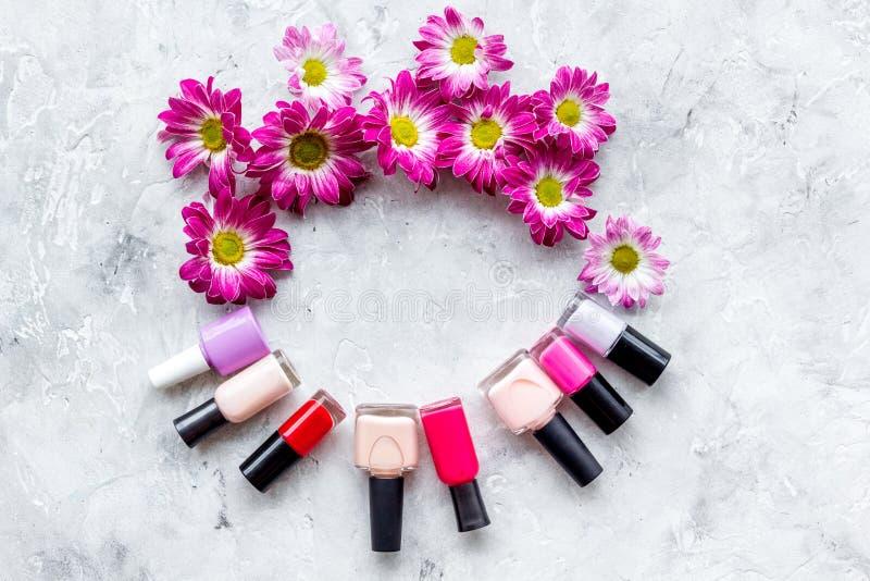 Elija el esmalte de uñas para la manicura Botellas de pulimento coloreado en copyspace gris de la opinión superior del fondo fotografía de archivo libre de regalías