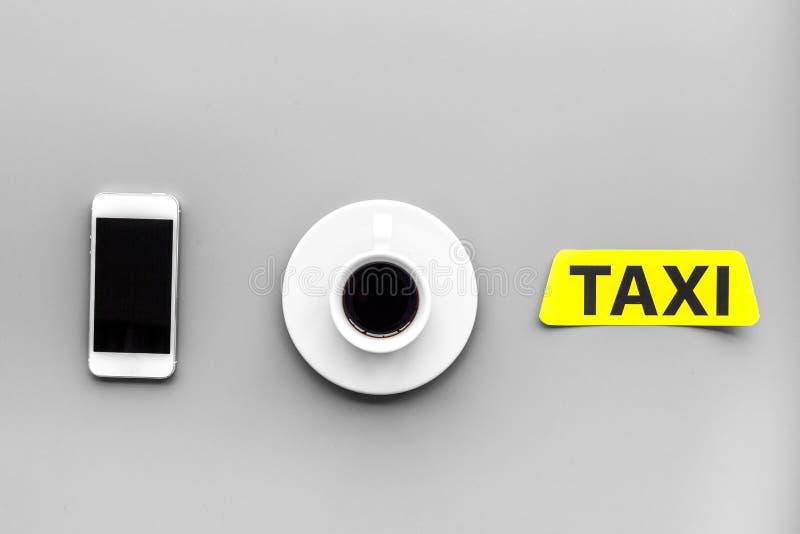 Elija un taxi en la aplicación móvil Copyspace gris de la opinión superior del fondo fotos de archivo libres de regalías