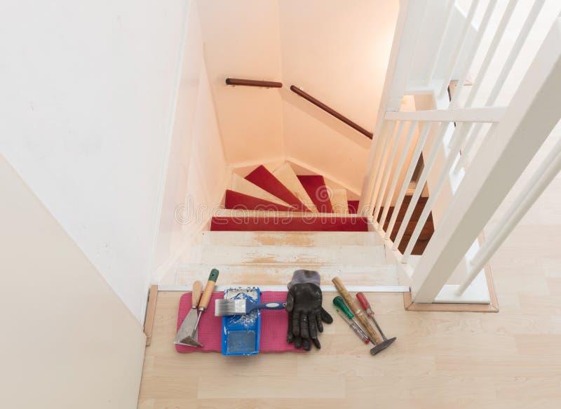 Eliminación de la alfombra, del pegamento y de la pintura de las escaleras de un vintage foto de archivo libre de regalías
