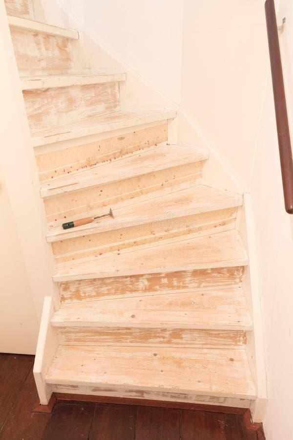 Eliminación de la alfombra, del pegamento y de la pintura de las escaleras de un vintage imagenes de archivo
