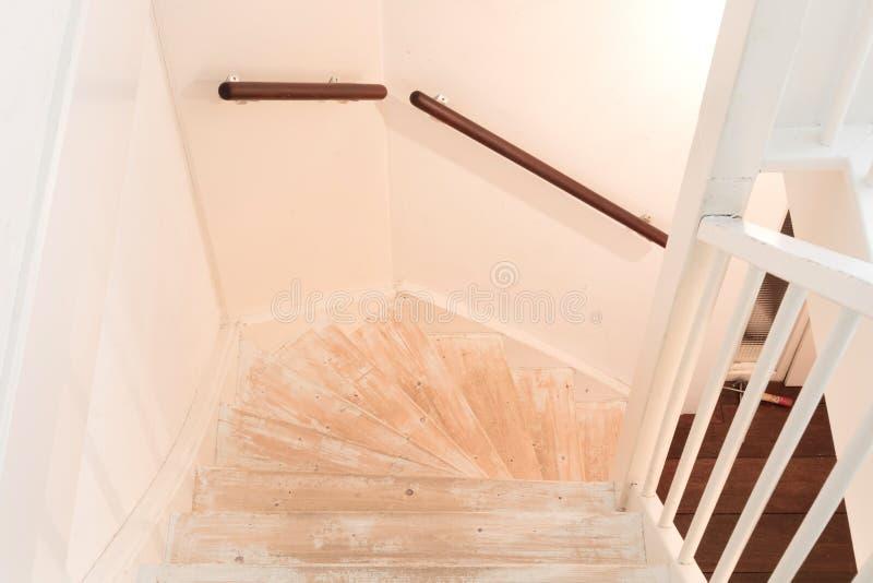 Eliminación de la alfombra, del pegamento y de la pintura de las escaleras de un vintage fotografía de archivo