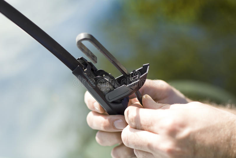 Eliminación del limpiador dañado del brazo fotografía de archivo libre de regalías