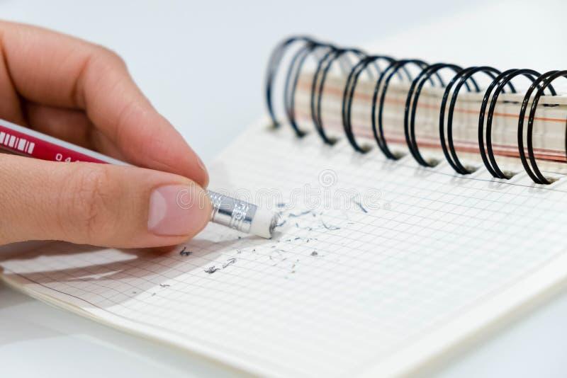 Eliminador de lápis, eliminador de lápis que remove um erro escrito em um conceito do pedaço de papel, da supressão, o correto, e fotografia de stock royalty free