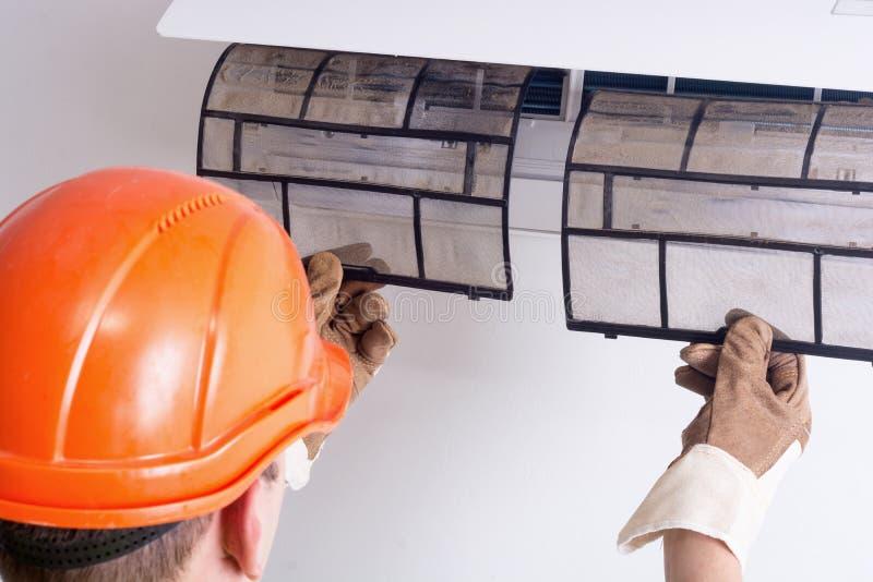 Eliminazione del filtro sporco dal condizionatore d'aria fotografie stock libere da diritti