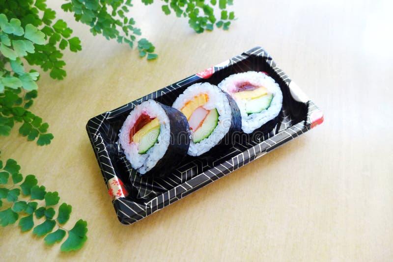 Elimini il vassoio dello spuntino dei sushi fotografie stock libere da diritti