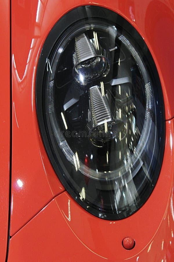 Elipsowaty kształt frontowy wysoki promień PROWADZĄCY zaświeca na nowożytnym exlusive niemieckim sportowym samochodzie zdjęcia royalty free