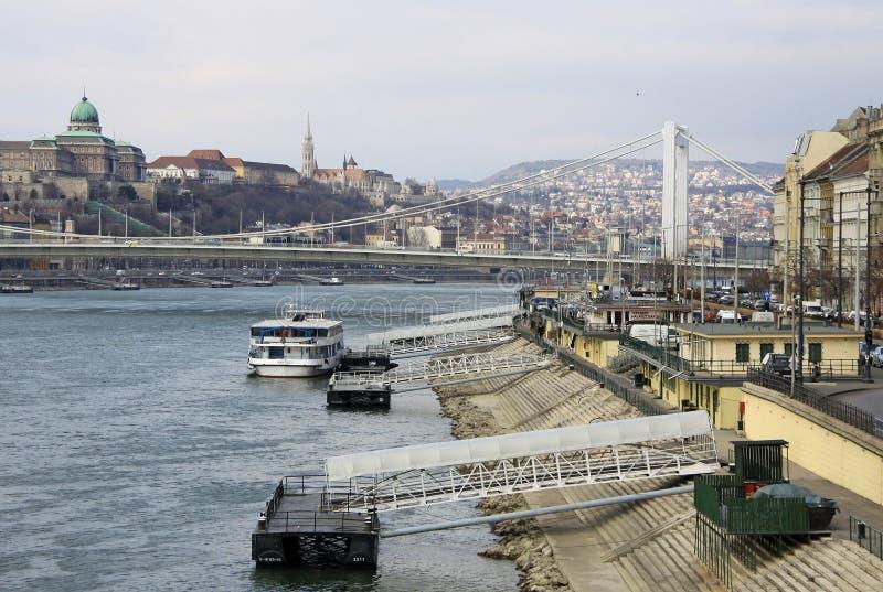 Elisabeth横跨河多瑙河的桥梁(暗藏的Erzsebet)连接的Buda和虫 布达佩斯 免版税库存照片
