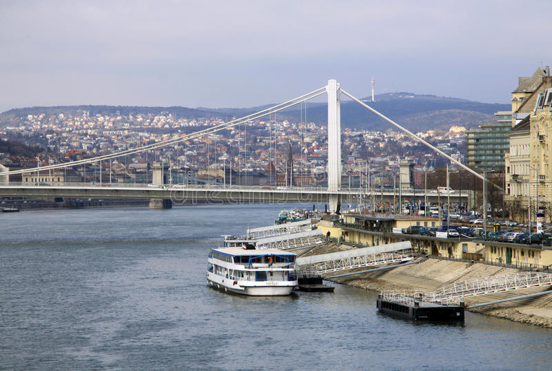 Elisabeth Bridge över flodDonauen i Budapest, Ungern arkivbild