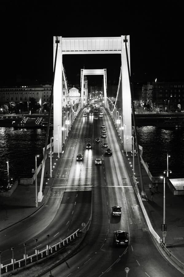 Elisabeth Bridge en la noche en Budapest, Hungría imagenes de archivo