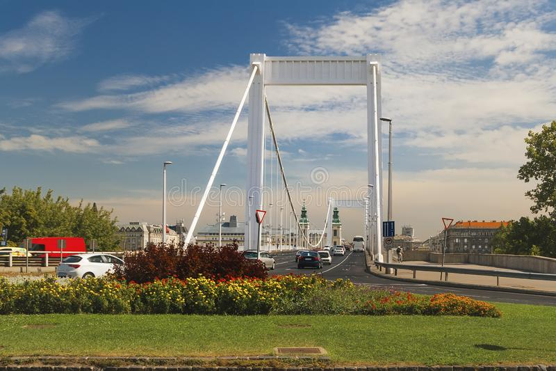 Elisabeth Bridge på flodDonauen royaltyfri bild