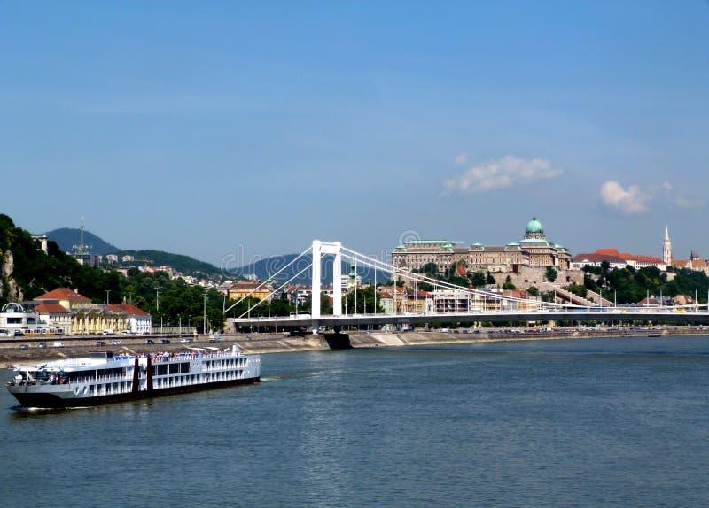 Elisabeth most w Budapest z białą łodzią na Danube rzece fotografia royalty free