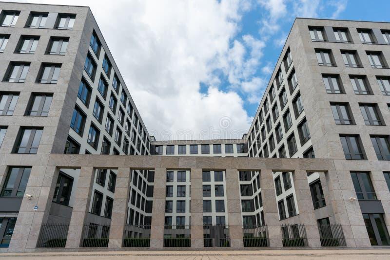 Elisabeth-Schwarzhaupt-Platz, Berlijn, Duitsland - juli 07, 2019: voorgevel van de gebouwen van Nordbahnhof Carre royalty-vrije stock afbeeldingen