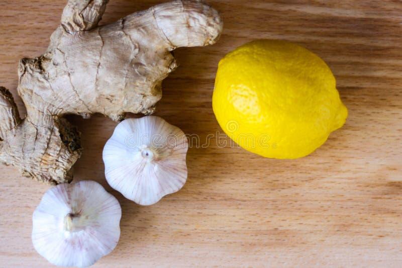 Elisir di salute dal limone, dall'aglio e dallo zenzero Rimedio di Weightloss Mezzi per la pulizia le navi e della normalizzazion fotografie stock