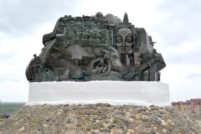 ELISTA, ΡΩΣΊΑ Έκβαση τεμαχίων μνημείων και επιστροφής την άνοιξη απόγευμα στοκ εικόνα