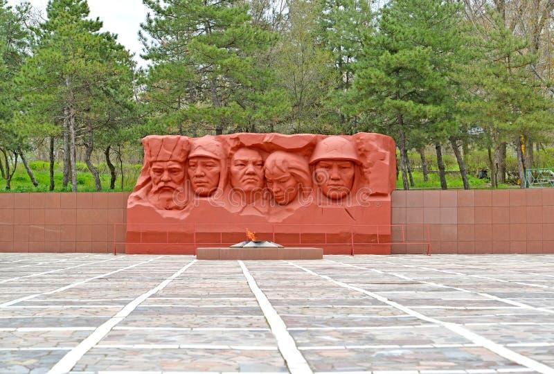 ELISTA, РОССИЯ Взгляд вечного пламени и скульптурного состава мемориального комплекса героев гражданских и большого патриотическо стоковые изображения