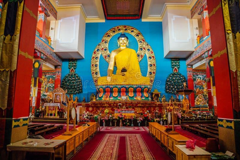 ELISTA, CALMÚQUIA, RÚSSIA - 24 DE ABRIL DE 2017: Interior do templo budista Estátua da Buda assentada imagens de stock