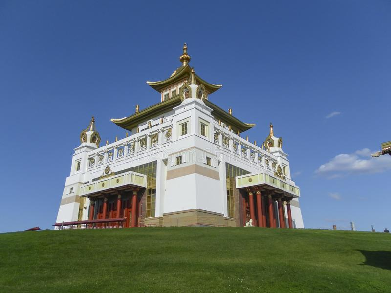 Elista complexe bouddhiste Kalmoukie sur une colline contre le ciel images libres de droits