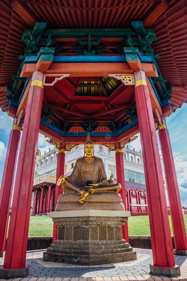 ELISTA KALMYKIA, RYSSLAND - APRIL 24, 2017: Staty av den placerade stora buddistiska läraren av kloster av Nalanda i pagod royaltyfria foton