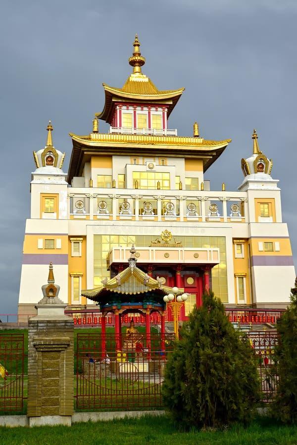 ELISTA, RÚSSIA Construção principal do complexo 'monastério do templo budista do ouro da Buda Shakyamuni ' Calmúquia fotos de stock