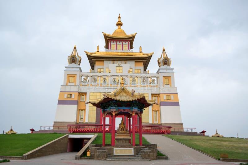 ELISTA, RÚSSIA - 5 DE MAIO DE 2018: Complexo de Burkhan Bakshin Altan Sume Buddhist imagem de stock royalty free