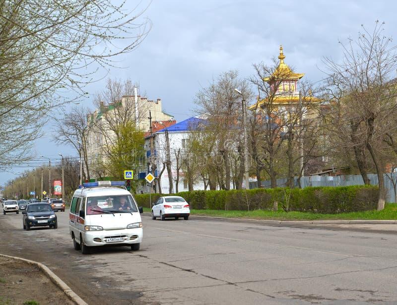 ELISTA, RÚSSIA Rua de Lenin que negligencia o templo budista Calmúquia imagens de stock