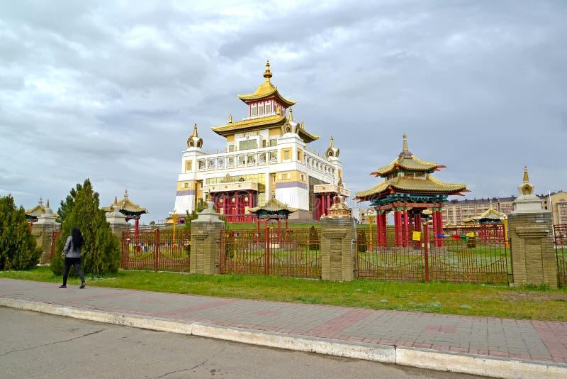 ELISTA, RÚSSIA Vista do templo e do mandril do complexo 'monastério do templo budista do ouro da Buda Shakyamuni ' Calmúquia fotos de stock royalty free