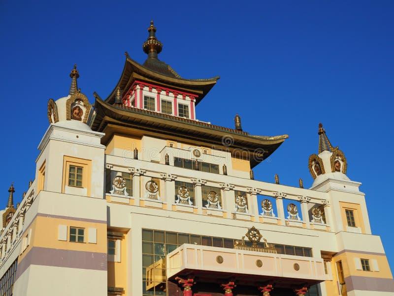 Elista, república de Calmúquia, Rússia - em junho de 2019: Burkhan Bakshin Altan Sume The Golden Abode da Buda Shakyamuni é imagem de stock
