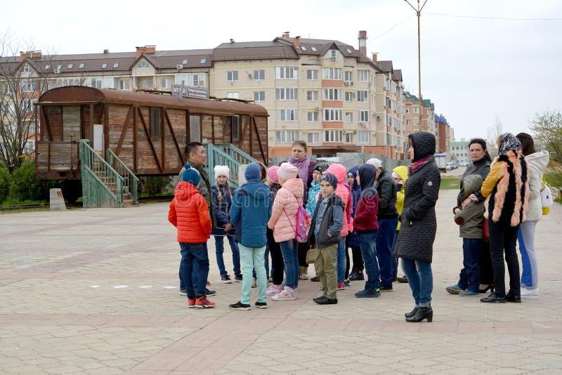 ELISTA, RUSIA Grupo de la excursión de la escuela en el territorio del resultado y de la vuelta complejos conmemorativos Museo de imagenes de archivo
